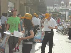 黄色の帽子を被ったスタッフが並ぶ