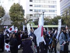国旗が林立する坐摩神社境内