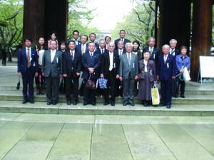 靖國神社神門前での記念撮影