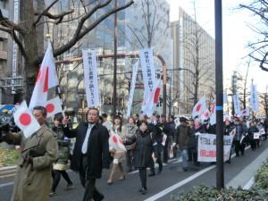 国旗を掲げながら御堂筋を行進