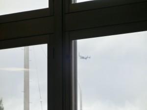 窓から飛来するオスプレイ