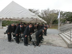 祈りを込める参列者
